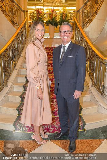Elle MacPherson PK und Autogrammstunde - Grand Hotel und Lugner City - Mi 27.02.2019 - Elle MACPHERSON, Horst MAYER (Direktor Grand Hotel)7