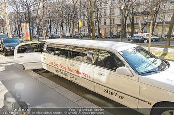 Elle MacPherson PK und Autogrammstunde - Grand Hotel und Lugner City - Mi 27.02.2019 - Strechlimousine mit branding für Elle MacPherson21