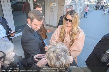 Elle MacPherson PK und Autogrammstunde - Grand Hotel und Lugner City - Mi 27.02.2019 - Elle MACPHERSON gibt Autogramme25