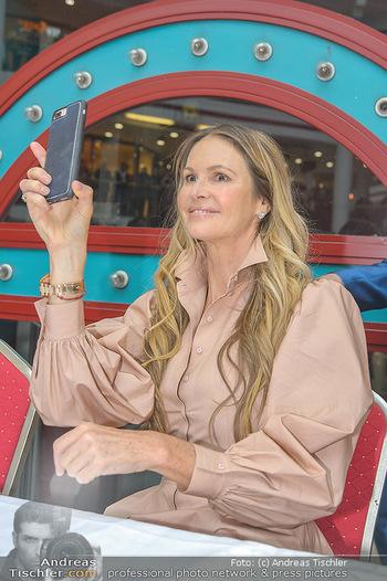 Elle MacPherson PK und Autogrammstunde - Grand Hotel und Lugner City - Mi 27.02.2019 - Elle MACPHERSON filmt mit Handy87