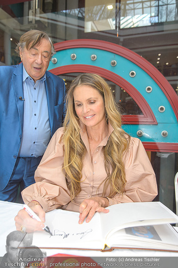 Elle MacPherson PK und Autogrammstunde - Grand Hotel und Lugner City - Mi 27.02.2019 - Elle MACPHERSON schreibt Autogramme, Richard LUGNER88