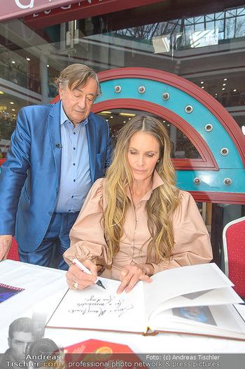Elle MacPherson PK und Autogrammstunde - Grand Hotel und Lugner City - Mi 27.02.2019 - Elle MACPHERSON schreibt Autogramme, Richard LUGNER89