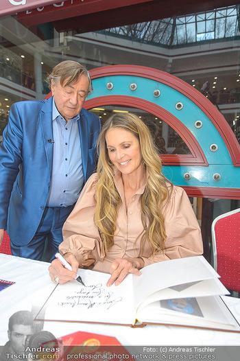 Elle MacPherson PK und Autogrammstunde - Grand Hotel und Lugner City - Mi 27.02.2019 - Elle MACPHERSON schreibt Autogramme, Richard LUGNER90
