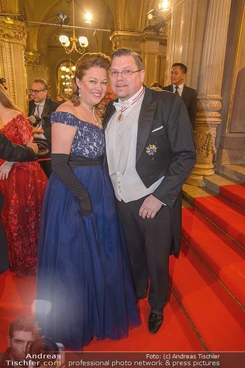 Opernball 2019 - Feststiege - Wiener Staatsoper - Do 28.02.2019 - Familie Michael SCHADE mit Ehefrau Dee MCKEE85