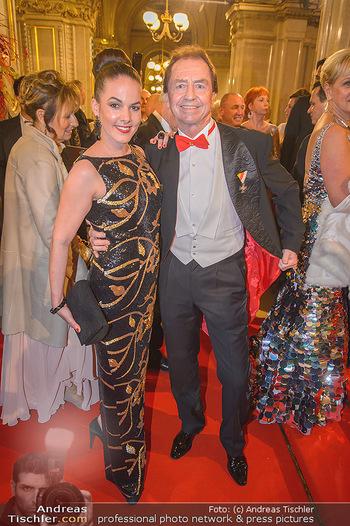 Opernball 2019 - Feststiege - Wiener Staatsoper - Do 28.02.2019 - Rosi WIELAND, Heribert KASPER mit Ferrari-Mascherl114