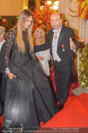 Opernball 2019 - Feststiege - Wiener Staatsoper - Do 28.02.2019 - Dominique MEYER, Elle MACPHERSON153