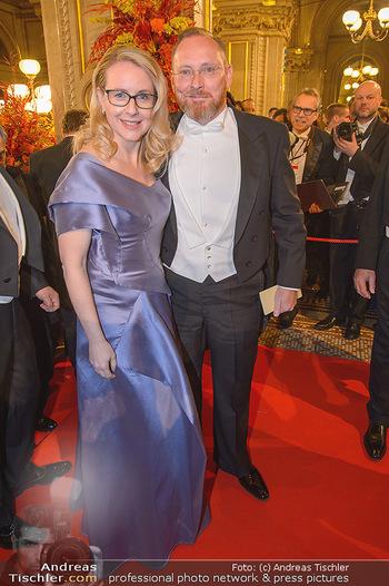 Opernball 2019 - Feststiege - Wiener Staatsoper - Do 28.02.2019 - Margarete SCHRAMBÖCK mit Ehemann192