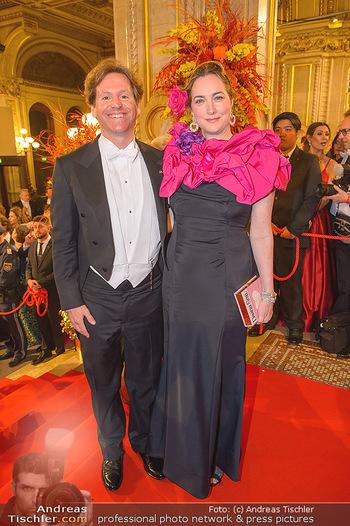 Opernball 2019 - Feststiege - Wiener Staatsoper - Do 28.02.2019 - Trevor D. TRAINA mit Ehefrau Alexis S.210