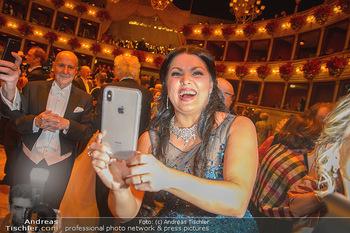 Opernball 2019 - Das Fest - Wiener Staatsoper - Do 28.02.2019 - Anna NETREBKO filmt fotografiert mit Handy132