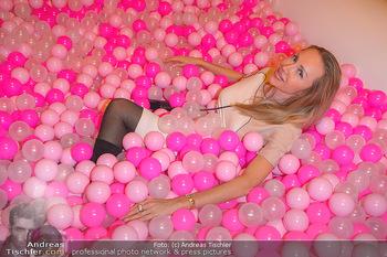 Lancome - Tag des Glücks - Palais Coburg - Mi 20.03.2019 - Ekaterina MUCHA im rosa Bällebad (hat darin ihren teuren Ohrrin39