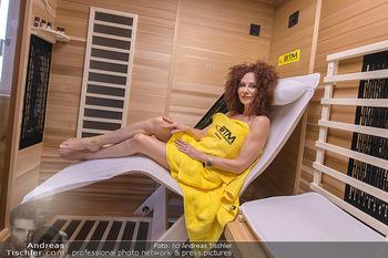 Christina Lugner BTM Testimonial - Christina Lugner Privatvilla - Do 21.03.2019 - Christina LUGNER im Handtuch in der BTM Infrarotkabine1