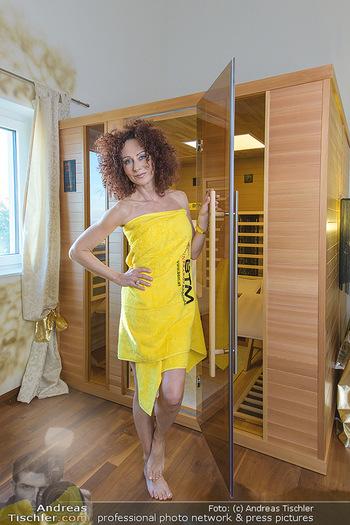 Christina Lugner BTM Testimonial - Christina Lugner Privatvilla - Do 21.03.2019 - Christina LUGNER im Handtuch in der BTM Infrarotkabine15