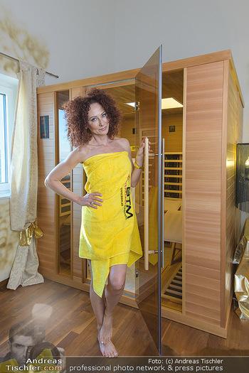 Christina Lugner BTM Testimonial - Christina Lugner Privatvilla - Do 21.03.2019 - Christina LUGNER im Handtuch in der BTM Infrarotkabine16
