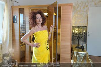 Christina Lugner BTM Testimonial - Christina Lugner Privatvilla - Do 21.03.2019 - Christina LUGNER im Handtuch in der BTM Infrarotkabine17