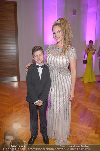 Dancer against Cancer - Hofburg Wien - Sa 06.04.2019 - Simmone Jade MACKINNON mit Sohn Madigan8