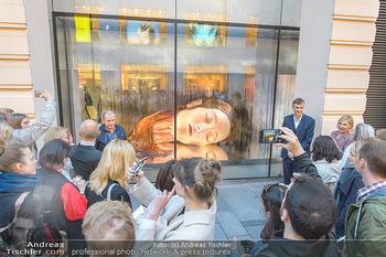 Swarovski Kunstinstallation - Swarovski Store Wien - Mo 08.04.2019 - Menschen bewundern Kunstwerk in der Auslage41
