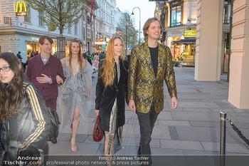 Swarovski Kunstinstallation - Swarovski Store Wien - Mo 08.04.2019 - Iris VAN HERPEN mit Freund Salvador BREED45