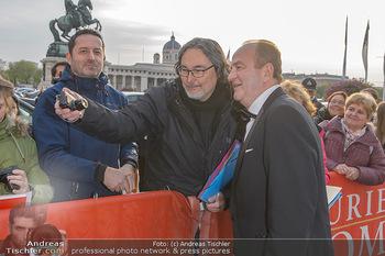 Romy Gala - Red Carpet - Hofburg Wien - Sa 13.04.2019 - Herbert PROHASKA schreibt Autogramme5