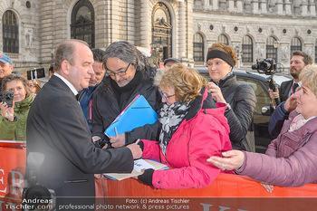 Romy Gala - Red Carpet - Hofburg Wien - Sa 13.04.2019 - Herbert PROHASKA schreibt Autogramme6