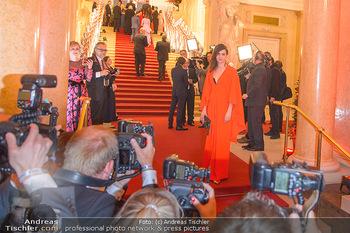 Romy Gala - Red Carpet - Hofburg Wien - Sa 13.04.2019 - Nora TSCHIRNER vor den Fotografen201