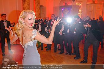 Romy Gala - Party - Hofburg Wien - Sa 13.04.2019 - Silvia SCHNEIDER um ringt von Fotografen, im Blitzlichgewitter1