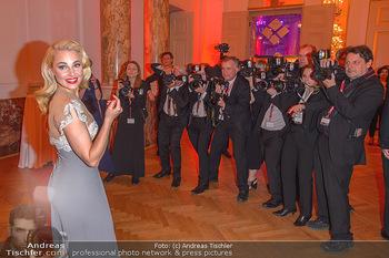 Romy Gala - Party - Hofburg Wien - Sa 13.04.2019 - Silvia SCHNEIDER um ringt von Fotografen, im Blitzlichgewitter5