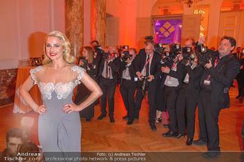 Romy Gala - Party - Hofburg Wien - Sa 13.04.2019 - Silvia SCHNEIDER um ringt von Fotografen, im Blitzlichgewitter6