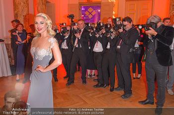 Romy Gala - Party - Hofburg Wien - Sa 13.04.2019 - Silvia SCHNEIDER um ringt von Fotografen, im Blitzlichgewitter7