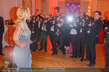 Romy Gala - Party - Hofburg Wien - Sa 13.04.2019 - Silvia SCHNEIDER um ringt von Fotografen, im Blitzlichgewitter8