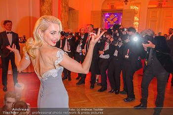 Romy Gala - Party - Hofburg Wien - Sa 13.04.2019 - Silvia SCHNEIDER um ringt von Fotografen, im Blitzlichgewitter9