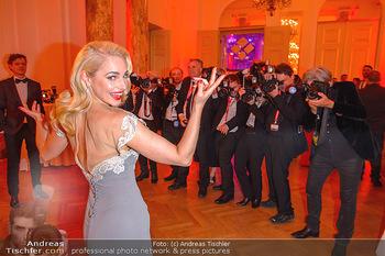 Romy Gala - Party - Hofburg Wien - Sa 13.04.2019 - Silvia SCHNEIDER um ringt von Fotografen, im Blitzlichgewitter10