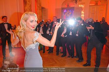 Romy Gala - Party - Hofburg Wien - Sa 13.04.2019 - Silvia SCHNEIDER um ringt von Fotografen, im Blitzlichgewitter11