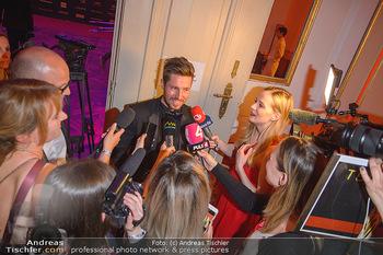 Romy Gala - Party - Hofburg Wien - Sa 13.04.2019 - Marcel HIRSCHER umringt von Medien, Presse17