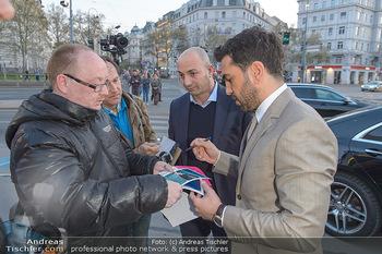 Kinopremiere ´Der Fall Collini´ - Urania Kino Wien - Mo 15.04.2019 - Elyas M´BAREK gibt Autogramme22