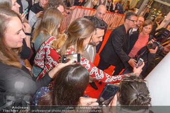 Kinopremiere ´Der Fall Collini´ - Urania Kino Wien - Mo 15.04.2019 - Elyas M´BAREK macht Selfies mit Fans54
