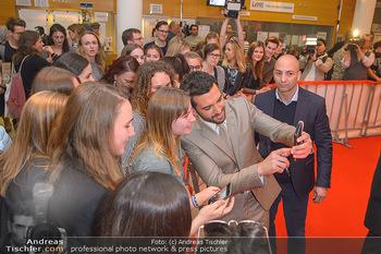 Kinopremiere ´Der Fall Collini´ - Urania Kino Wien - Mo 15.04.2019 - Elyas M´BAREK macht Selfies mit Fans55
