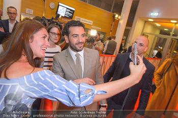 Kinopremiere ´Der Fall Collini´ - Urania Kino Wien - Mo 15.04.2019 - Elyas M´BAREK macht Selfies mit Fans60