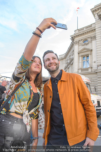 Amadeus Austria Music Awards 2019 - Volkstheater Wien - Do 25.04.2019 - JOSH macht Selfie mit Fan5