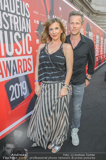 Amadeus Austria Music Awards 2019 - Volkstheater Wien - Do 25.04.2019 - Nina SAURUGG mit Begleitung11