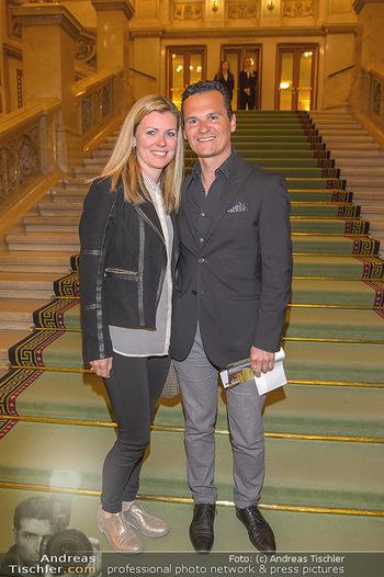 Filmpremiere ´Backstage Wiener Staatsoper´ - Wiener Staatsoper - So 28.04.2019 - Andre COMPLOI mit Barbara2