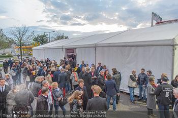 Cirque Du Vegas - Zirkuszelt, Wien - Di 30.04.2019 - Eingangsbereich, Publikum vor dem Zelt37