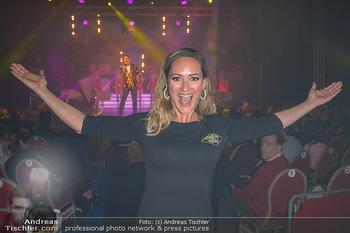 Cirque Du Vegas - Zirkuszelt, Wien - Di 30.04.2019 - Daniela HENTZE (im Hintergrund Freund Gregor Glanz auf der Bühn89