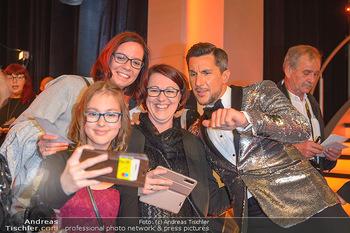 Dancing Stars Finale - ORF Zentrum - Sa 11.05.2019 - Balazs EKKER macht Selfie mit Fans29