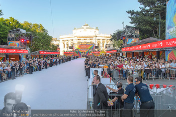 Lifeball red carpet - Rathaus Wien - Sa 08.06.2019 - Rathausplatz mit Publikum, Burgtheater10