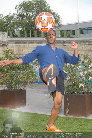 Nivea Deep Soccer Challenge - Hermann´s Strandbar, Wien - Mi 19.06.2019 - Cesar SAMPSON beim gaberln mit Fussball9