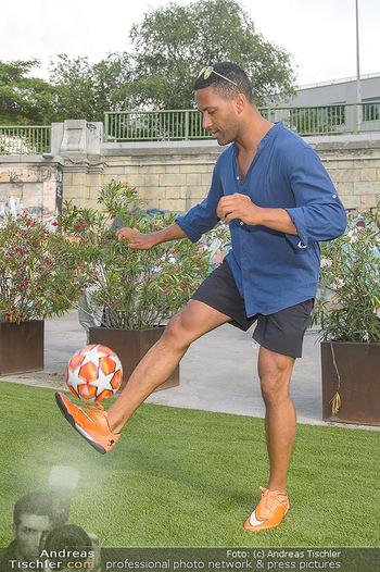 Nivea Deep Soccer Challenge - Hermann´s Strandbar, Wien - Mi 19.06.2019 - Cesar SAMPSON beim gaberln mit Fussball13