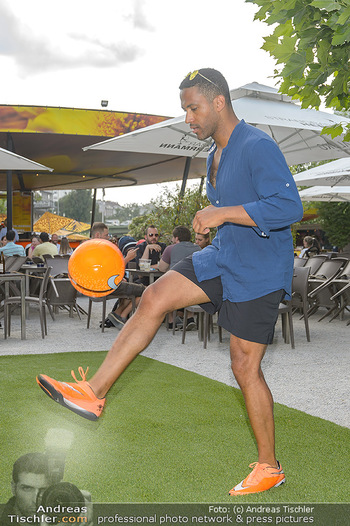 Nivea Deep Soccer Challenge - Hermann´s Strandbar, Wien - Mi 19.06.2019 - Cesar SAMPSON beim gaberln mit Fussball23