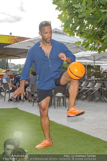 Nivea Deep Soccer Challenge - Hermann´s Strandbar, Wien - Mi 19.06.2019 - Cesar SAMPSON beim gaberln mit Fussball24