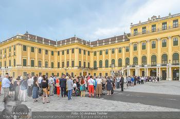 Sommernachtskonzert 2019 - Schloss Schönbrunn - Do 20.06.2019 - Andrang vor dem Schloss, Publikum, Gäste10