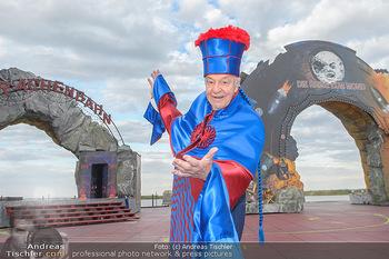 Das Land des Lächelns Premiere - Seefestspiele Mörbisch - Do 11.07.2019 - Harald SERAFIN auf der Bühne im Kostüm des Obereunuchen9